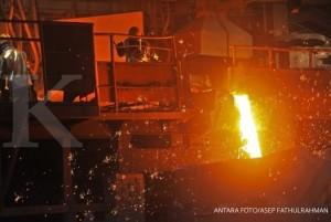 Pekerja mengalirkan cairan feronikel yang sudah lebur di pabrik Unit Bisnis Pertambangan Nikel (UBPN) Sultra PT Aneka Tambang (ANTAM) di Pomalaa, Kolaka, Sultra, Selasa (8/5).