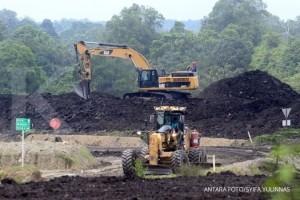Sejumlah alat berat beroperasi dikawasan penambangan batu bara Desa Sumber Batu, Kecamatan Meureubo, Aceh Barat, Aceh, Minggu (8/4). ANTARA FOTO/Syifa Yulinnas/18.
