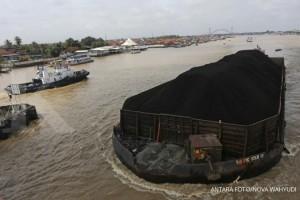 Kapal tongkang pengangkut batu bara saat melintas di Sungai Musi, Palembang, Sumatera Selatan, Rabu (7/3). Kementerian ESDM mengatakan Harga Batu Bara Acuan (HBA) Maret 2018 mengalami kenaikan 1,16 persen, dari US$100,69 per ton pada bulan Februari 2018 menjadi US$101,86 per ton dan menjadi HBA tertinggi sejak Mei 2012. ANTARA FOTO/Nova Wahyudi/foc/18.