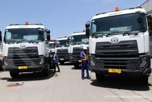 JAKARTA,28/08-SERAH TERIMA ARMADA BARU.Pekerja melakukan pengecekan armada terbaru di sela acara serah terima PT. United Tractors Tbk kepada Puninar Logistics di Jakarta, Senin (28/08). Puninar Logistics melalui PT. united Tractors Tbk sebagai salah satu pelaku bisnis logistik di Indonesia menyerahkan armada terbaru sekligus meluncurkan sistem transportasi terpadu berbasis Cloud Computing. KONTAN/Fransiskus Simbolon/28/08/2017