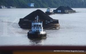 Kapal pengangkut batubara melintasi Sungai Mahakam, Samarinda, Minggu (31/12).