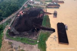 Aktivitas perusahaan penimbunan batu bara yang dilakukan secara terbuka di tepi Sungai Batanghari terlihat dari Muarojambi, Jambi, Kamis (18/10/2018).