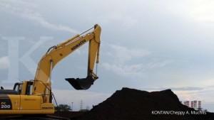 Bongkar muat batubara dari kapal ke truk pengangkut di pelabuhan Tanjung Priok Jakarta Utara, Rabu (11/3). Batubara ini akan dikirim dan digunakan sebagai bahan bakar pembuatan semen di Bogor Jawa Barat. Salah satu komponen terbesar dari beban pokok pendapatan perusahaan semen adalah bahan bakar dan listrik. Dengan penurunan harga batubara global dan harga minyak perusahaan semen bisa menekan biaya dan meningkatkan efisiensi. KONTAN/Cheppy A. Muchlis/11/03/2015