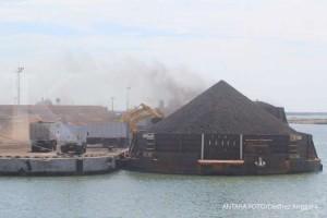 Sejumlah alat berat memuat batu bara ke dalam truk di Pelabuhan Cirebon, Jawa Barat, Kamis (13/6/2019). Kementerian ESDM menetapkan Harga Batu Bara Acuan (HBA) turun dari 81,86 Dollar AS per ton menjadi 81,48 Dollar AS per ton. ANTARA FOTO/Dedhez Anggara/wsj.