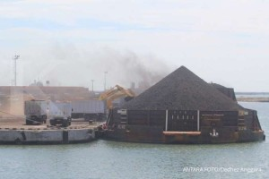 Sejumlah alat berat memuat batu bara ke dalam truk di pelabuhan Cirebon, Jawa Barat, Kamis (13/6/2019).