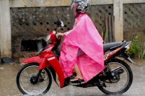 Larangan Keras Pengamat Safety Riding Naik Motor Saat Hujan Pakai Sandal Jepit